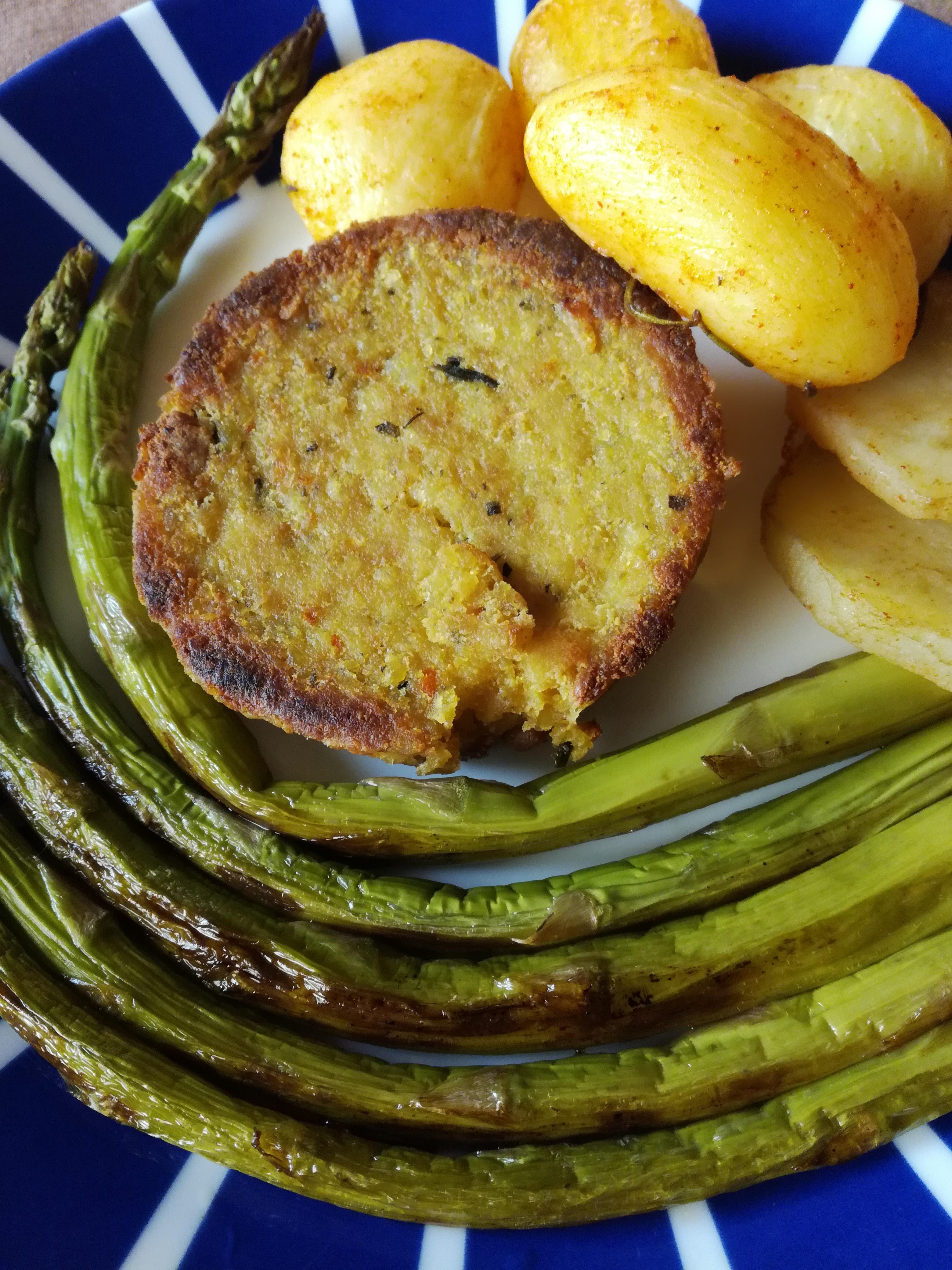 Burger miglio e tofu con asparagi e patate